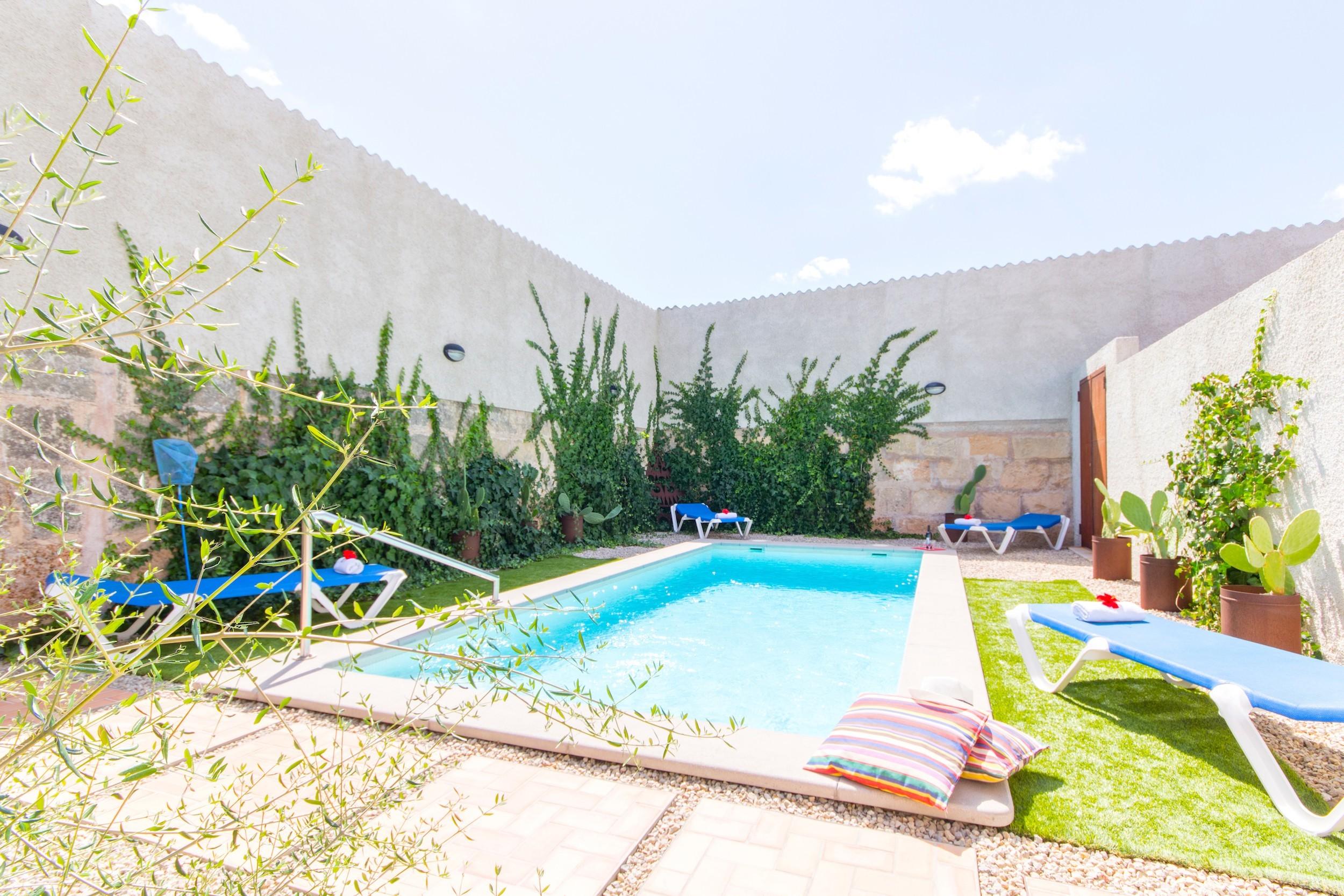 2 chambres doubles, 2 salles de bains, 1 WC, AC, chauffage, Wi-Fi gratuit, zone extérieure avec piscine privée et barbecue.