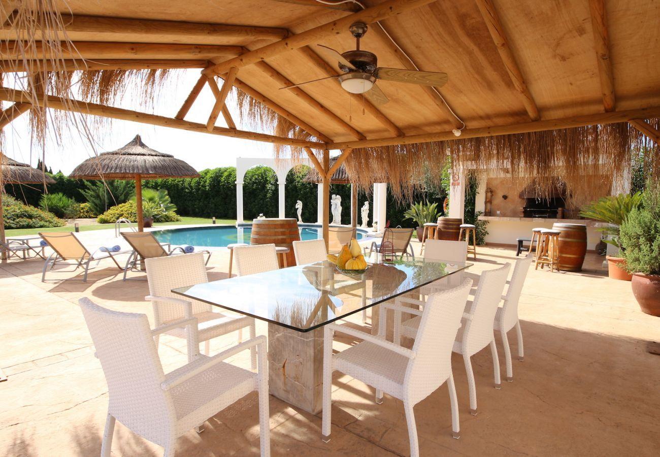 4 chambres doubles, 3 salles de bains (2 en suite), grande piscine privée, barbecue, aire de jeux, Internet Wifi gratuit.