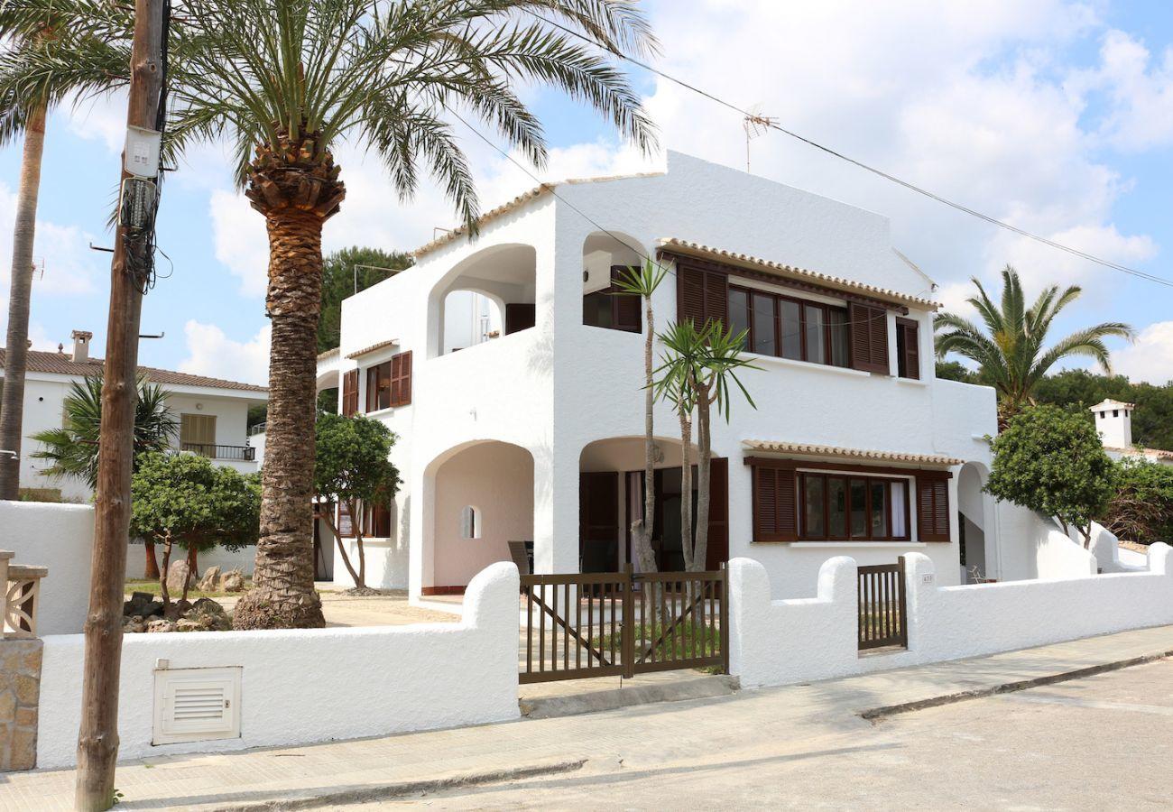 2 chambres doubles, 1 salle de bain, cuisine entièrement équipée, AC, internet wifi gratuit, à seulement 25m de la plage.