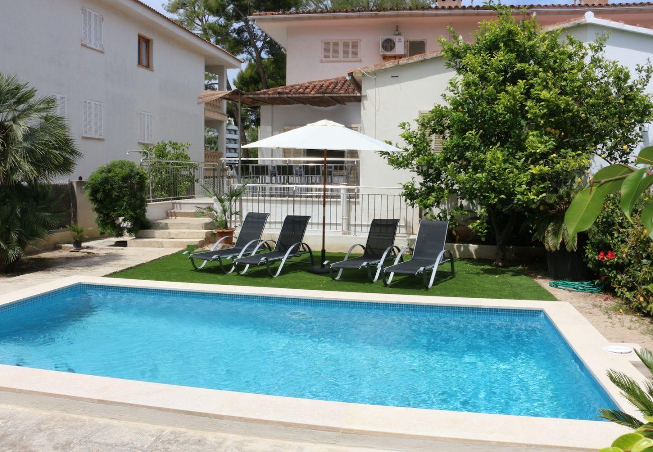 4 chambres, 2 salles de bain, piscine, jardin et barbecue, AC, internet Wifi gratuit.