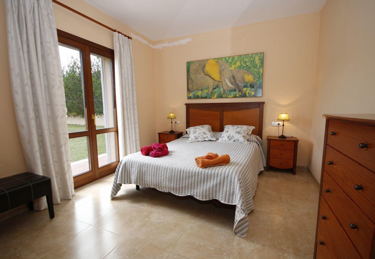 Villa avec vue sur la montagne, le jardin et la piscine pour 8 personnes à Sa Pobla, Majorque. 4 Chambres.
