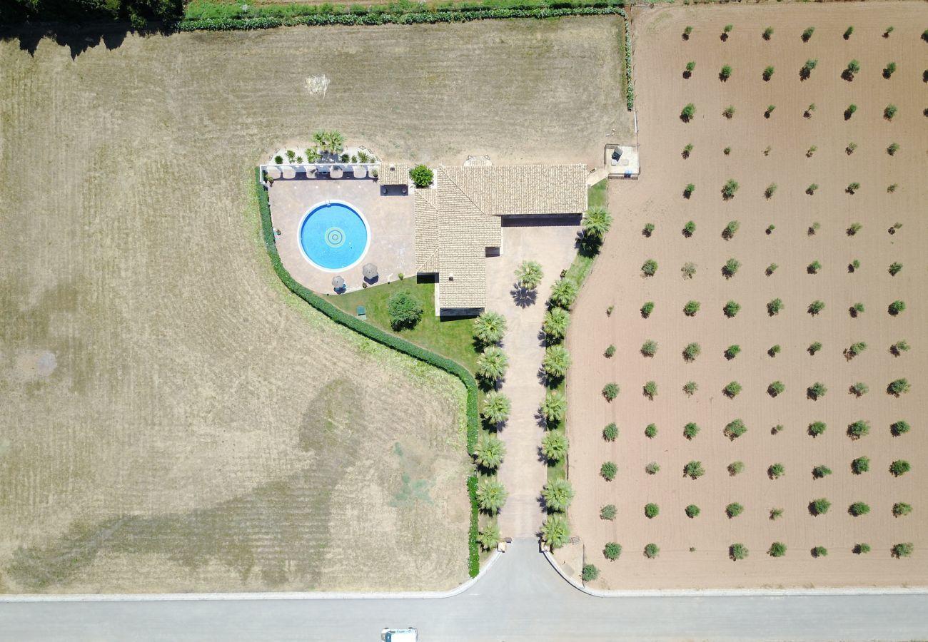 3 chambres doubles, 2 salles de bains, grande piscine privée, barbecue, aire de jeux, internet wifi haut débit