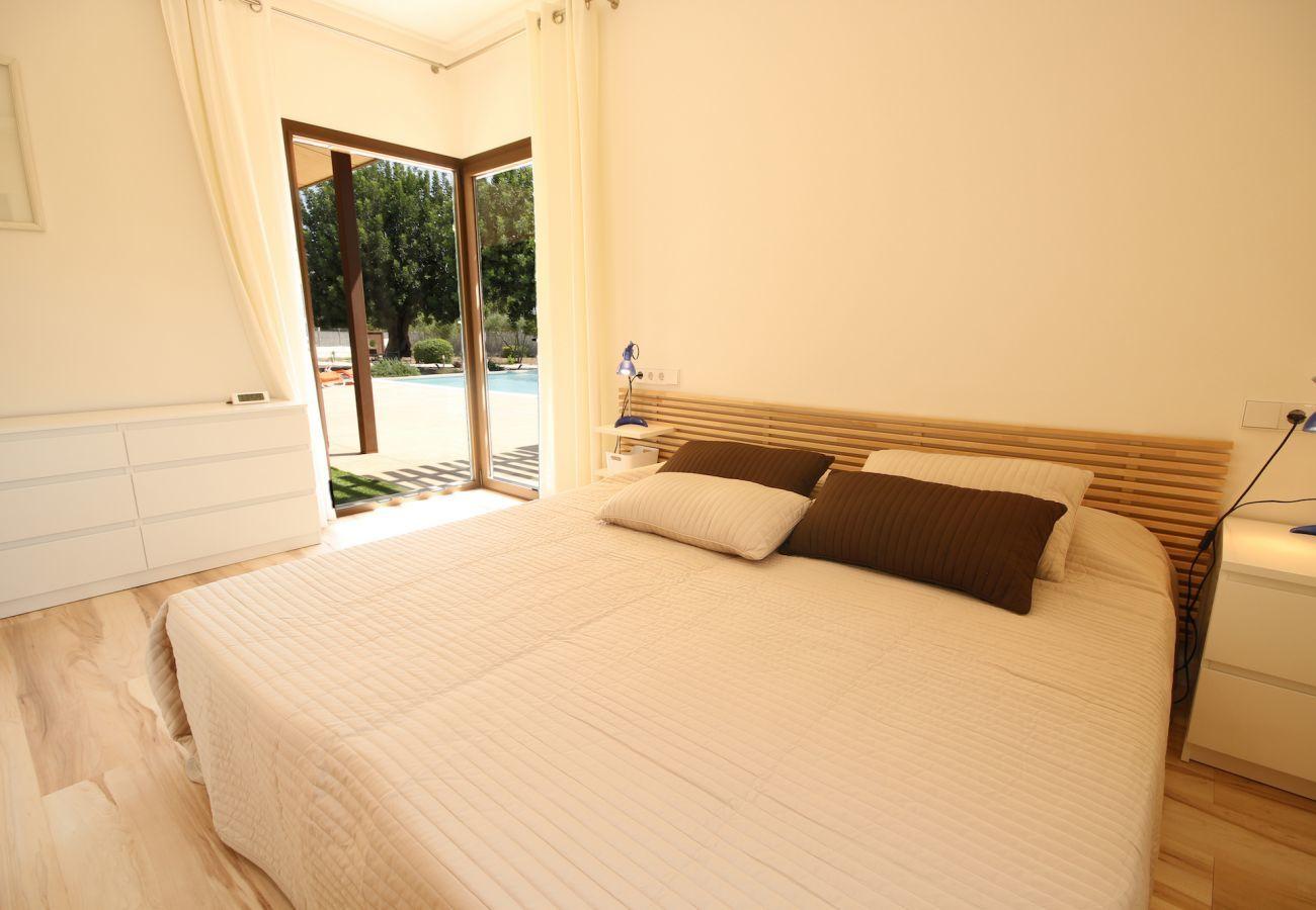 3 chambres doubles, 3 salles de bain, climatisation, cheminée, piscine privée, jardin, internet gratuit.
