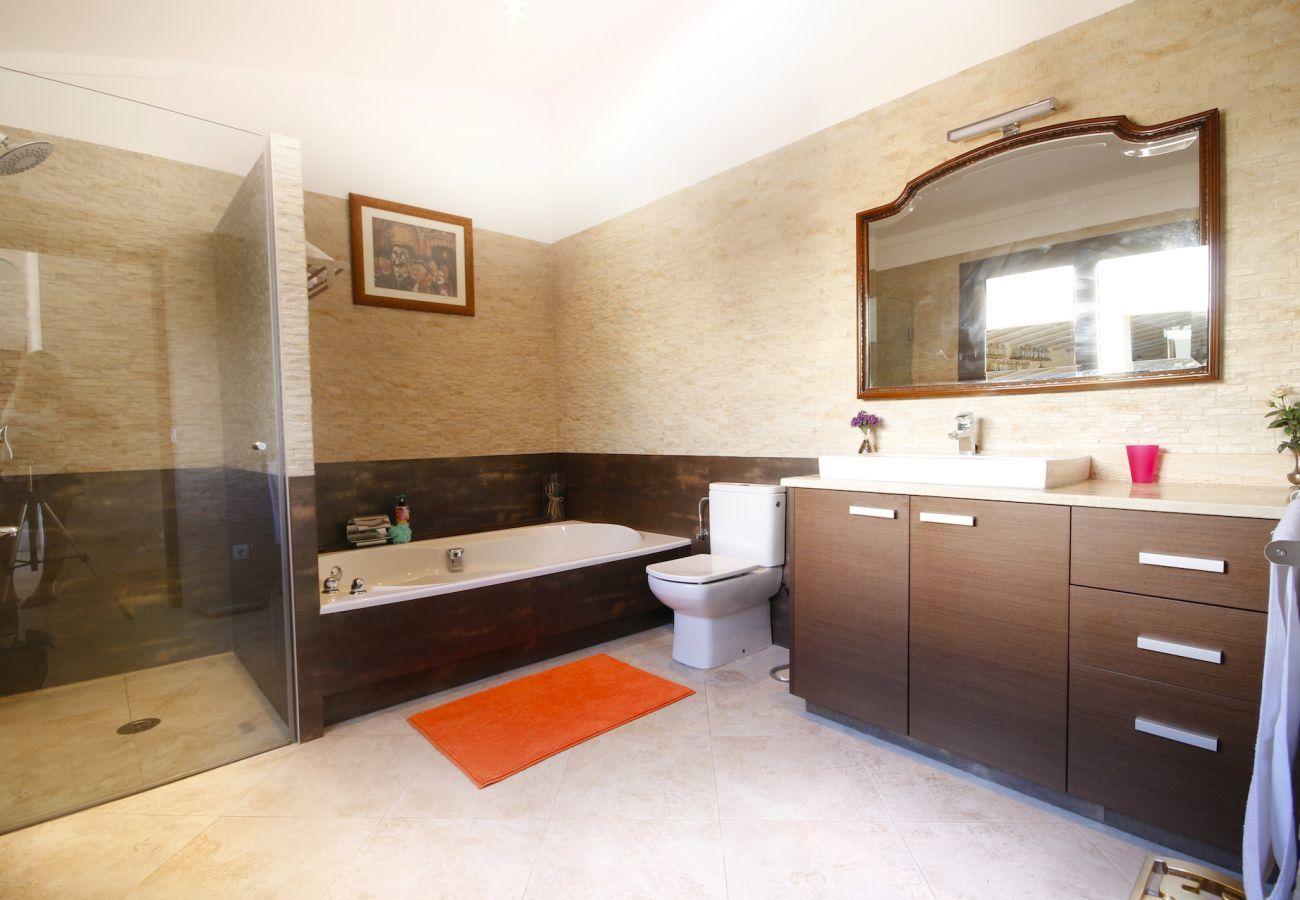 5 chambres doubles, 4 salles de bains, piscine privée, jardin avec tennis de table, barbecue et un facteur de détente.