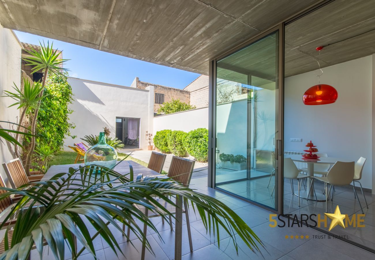 3 Chambre double, 1 chambre d'enfants, 3 salles de bains, WIFI, jardin avec barbecue et terrasse sur le toit.