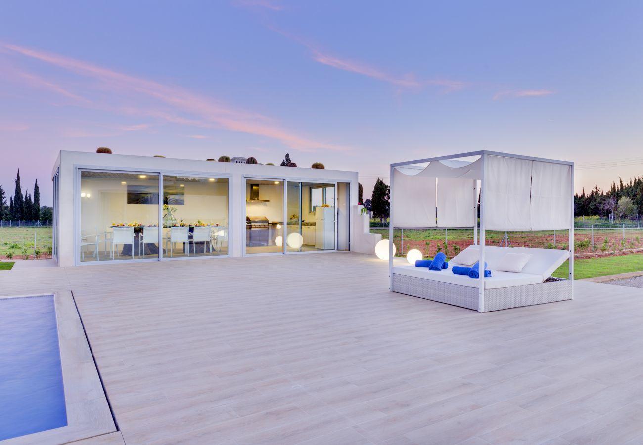 7 chambres, 7 salles de bains privatives, AC, WiFi, vélos, jardin, piscine, BBQ, le football et le volley-ball.