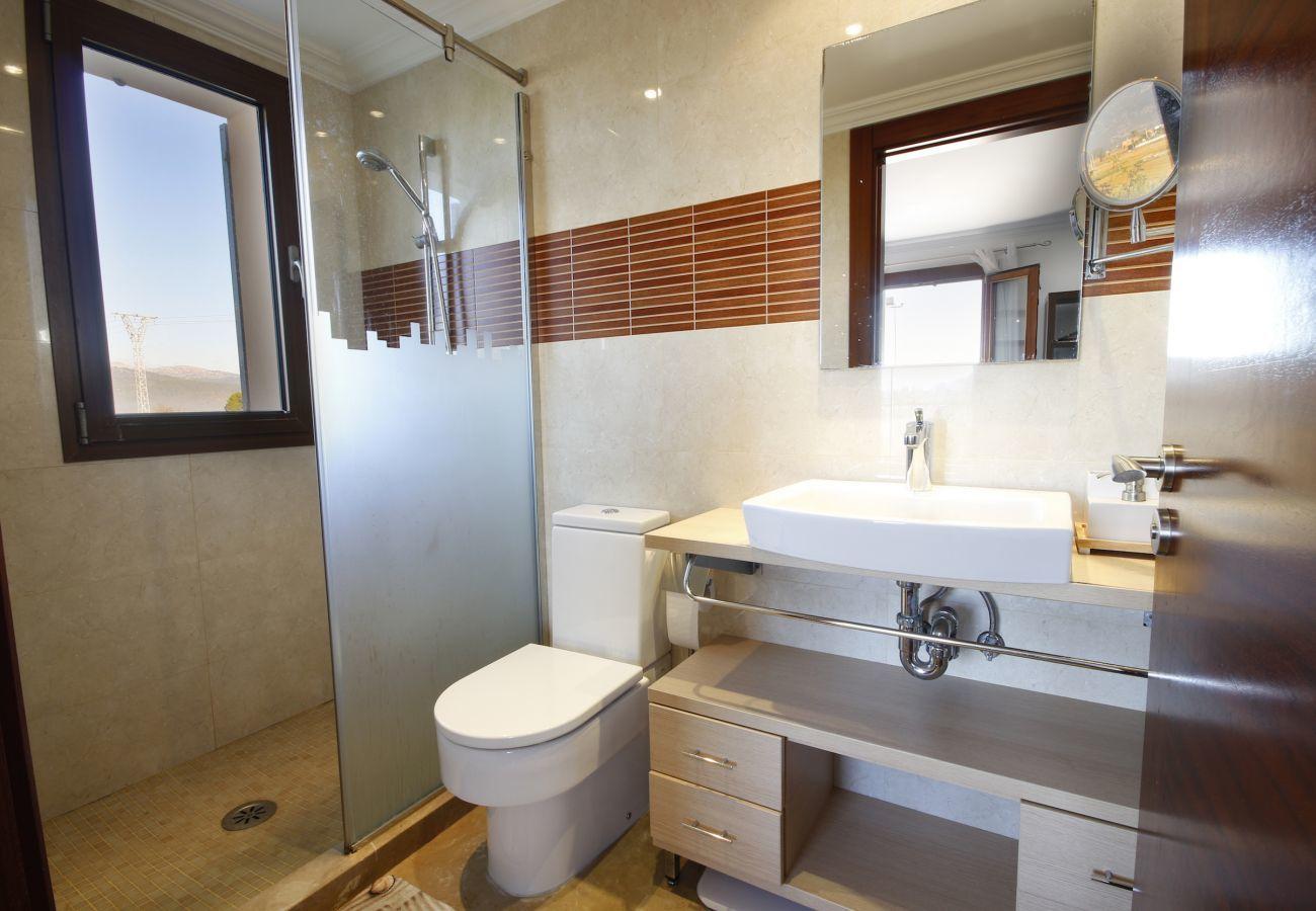 4 Chambre double, 2 Chambre simple, 6 salles de bains, fitness, piscine, jardin, barbecue, WIFI, vue sur le Tramuntana
