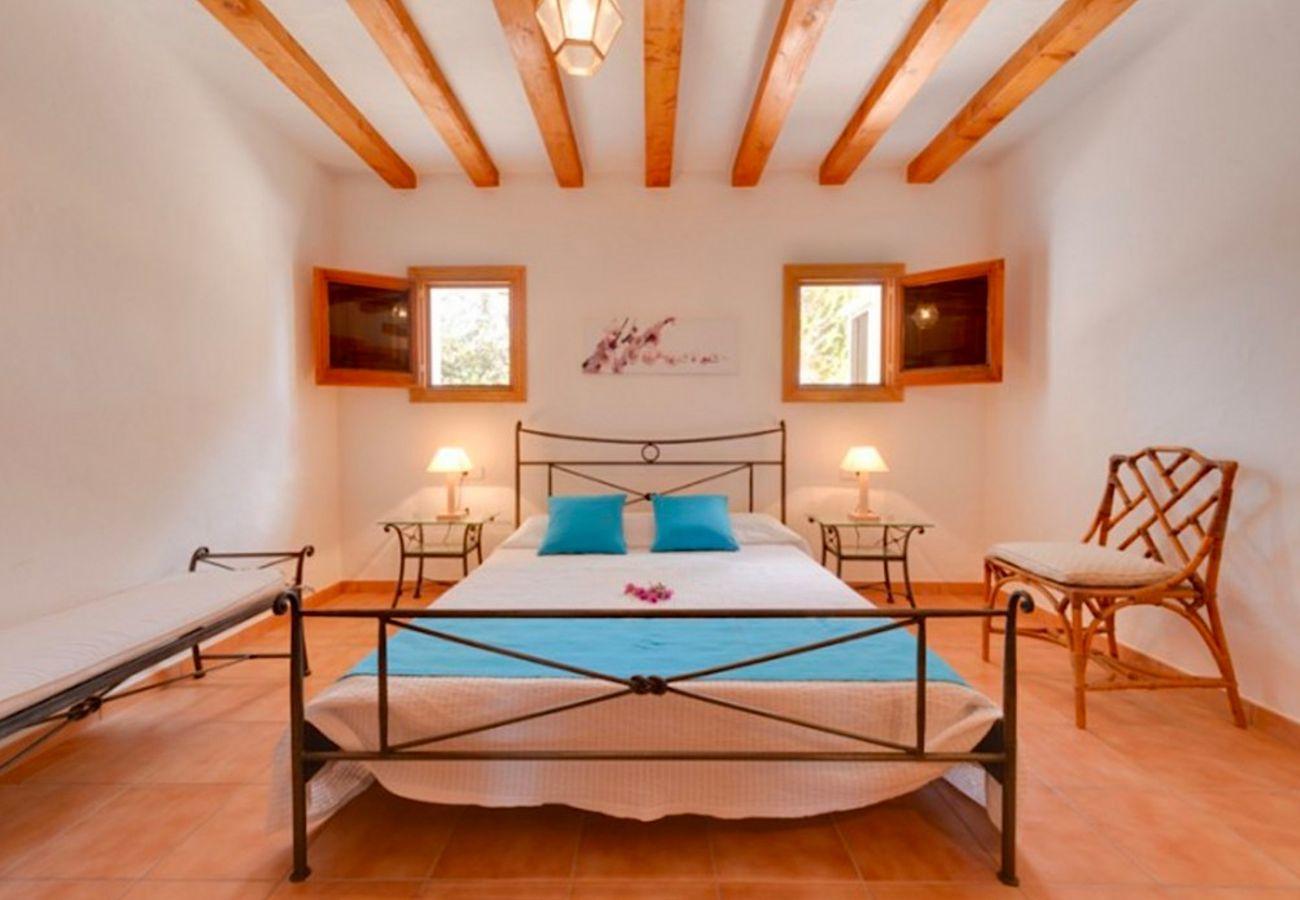 4 chambres doubles, salle de bain, terrasse, barbecue, cheminée, wifi, sèche-cheveux, AC uniquement dans le salon, piscine