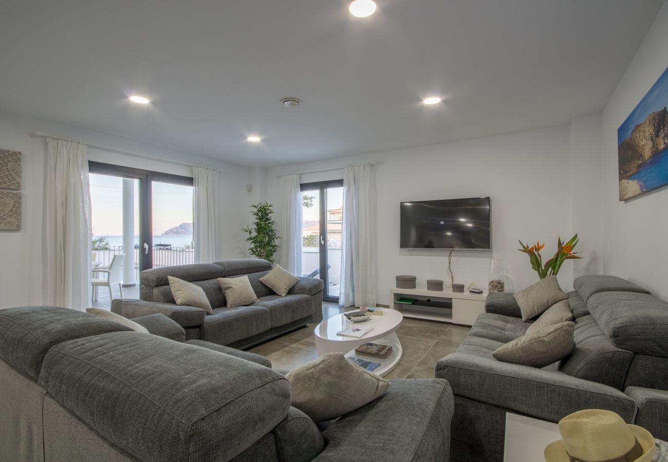 6 chambres doubles, 7 salles de bains, AC, piscine, fitness, terrasse sur le toit avec jacuzzi, musique intégrée/système