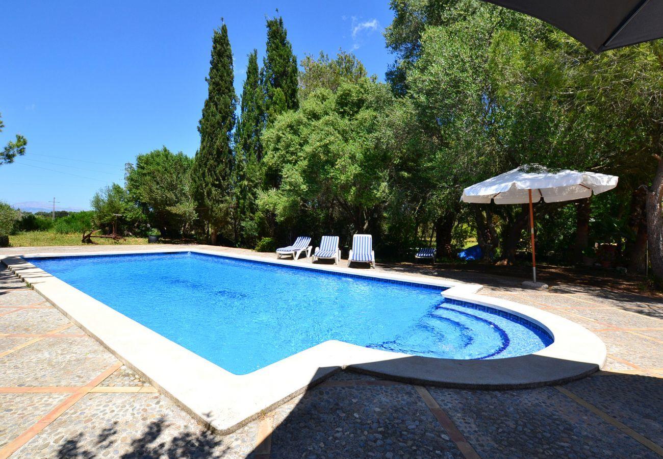 5 chambres doubles, 3 salles de bains, Internet Wifi, climatisation, beau jardin avec piscine et barbecue.