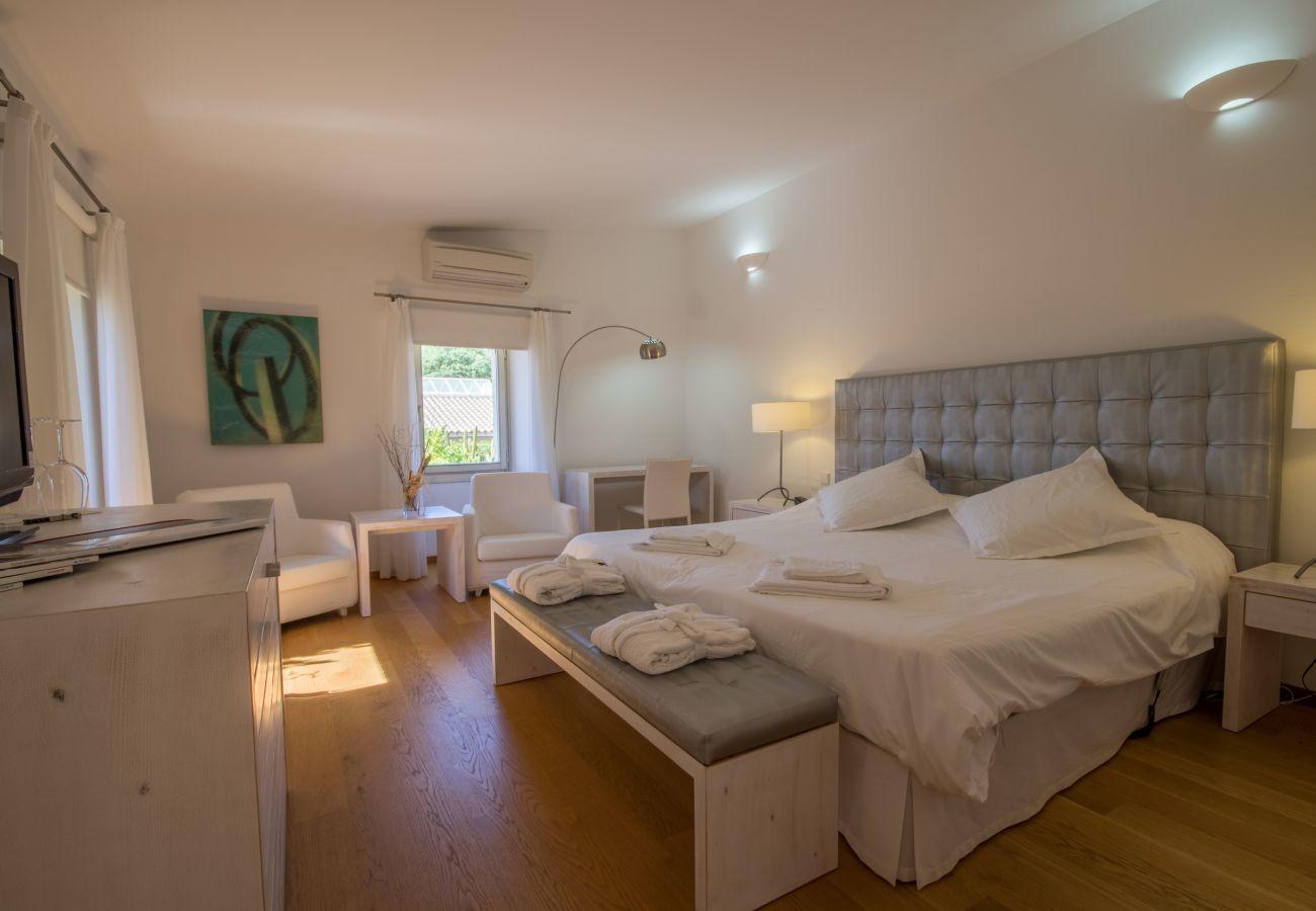 8 DBR, 8 salles de bain en suite, 1 salle de bain extérieure, 2 salles de bains, piscine, terrasses, jardin et cave.