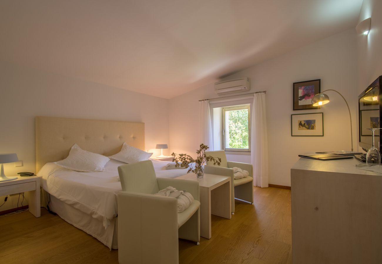 8 DBR, 8 salles de bain en suite, 1 salle de bain extérieure, 2 salles de bains, piscine, terrasses, jardin et cave.c