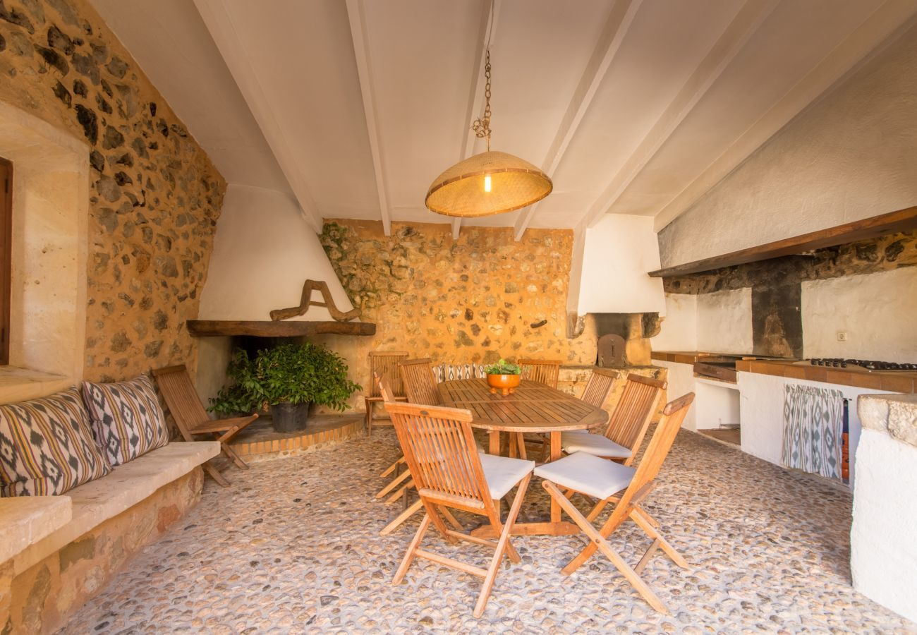 5 chambres doubles, lits supplémentaires, 5 salles de bains, climatisation, cheminée, Wifi, jardin avec piscine et barbecue