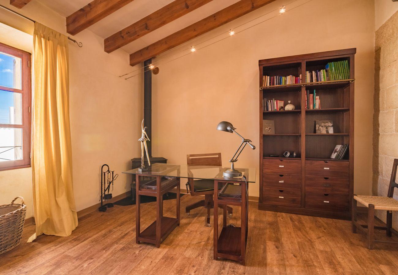 3 chambres doubles, 2 salles de bain, 1 salle de bain extérieure, AC, Internet gratuit, piscine fermée, barbecue et terrasse.