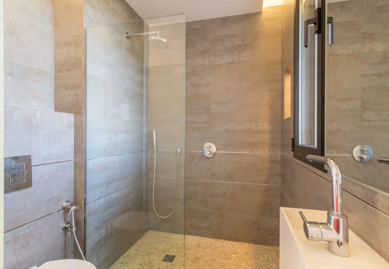 4 chambres doubles, 4 salles de bains, climatisation, WIFI gratuit, piscine avec jacuzzi, quartier entre Muro et Can Picafort