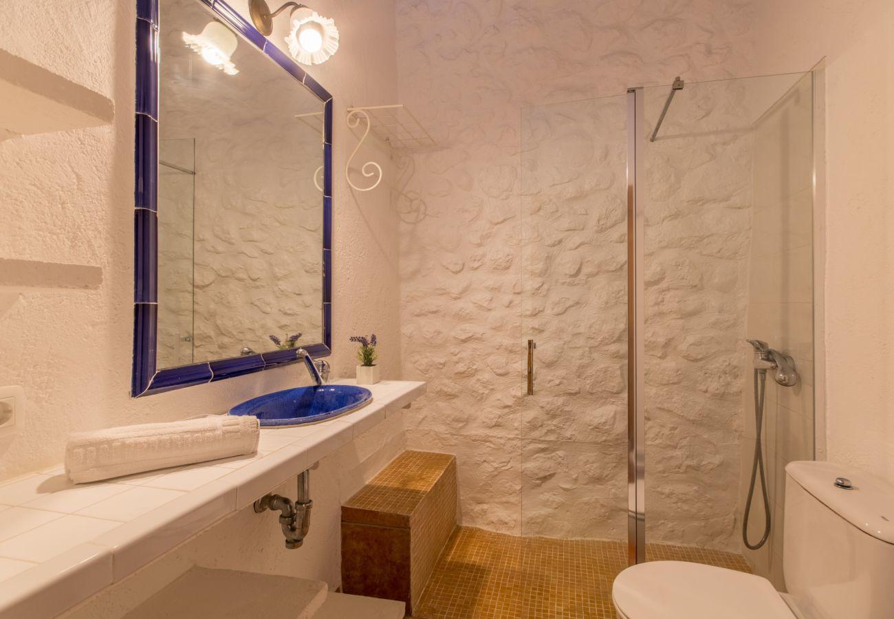 3 chambres doubles, 3 salles de bains, AC, cheminée, Wi-Fi gratuit, piscine clôturée, jardin avec grand barbecue.