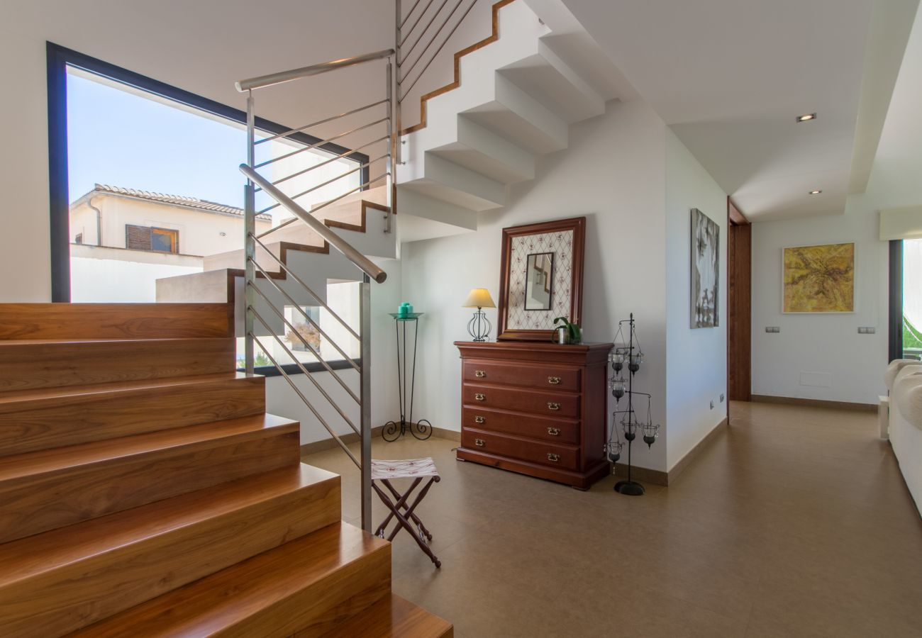 3 chambres doubles, 1 studio avec un lit simple, 3 salles de bains, AC, Wifi gratuit, jardin avec piscine, terrasse et BBQ.