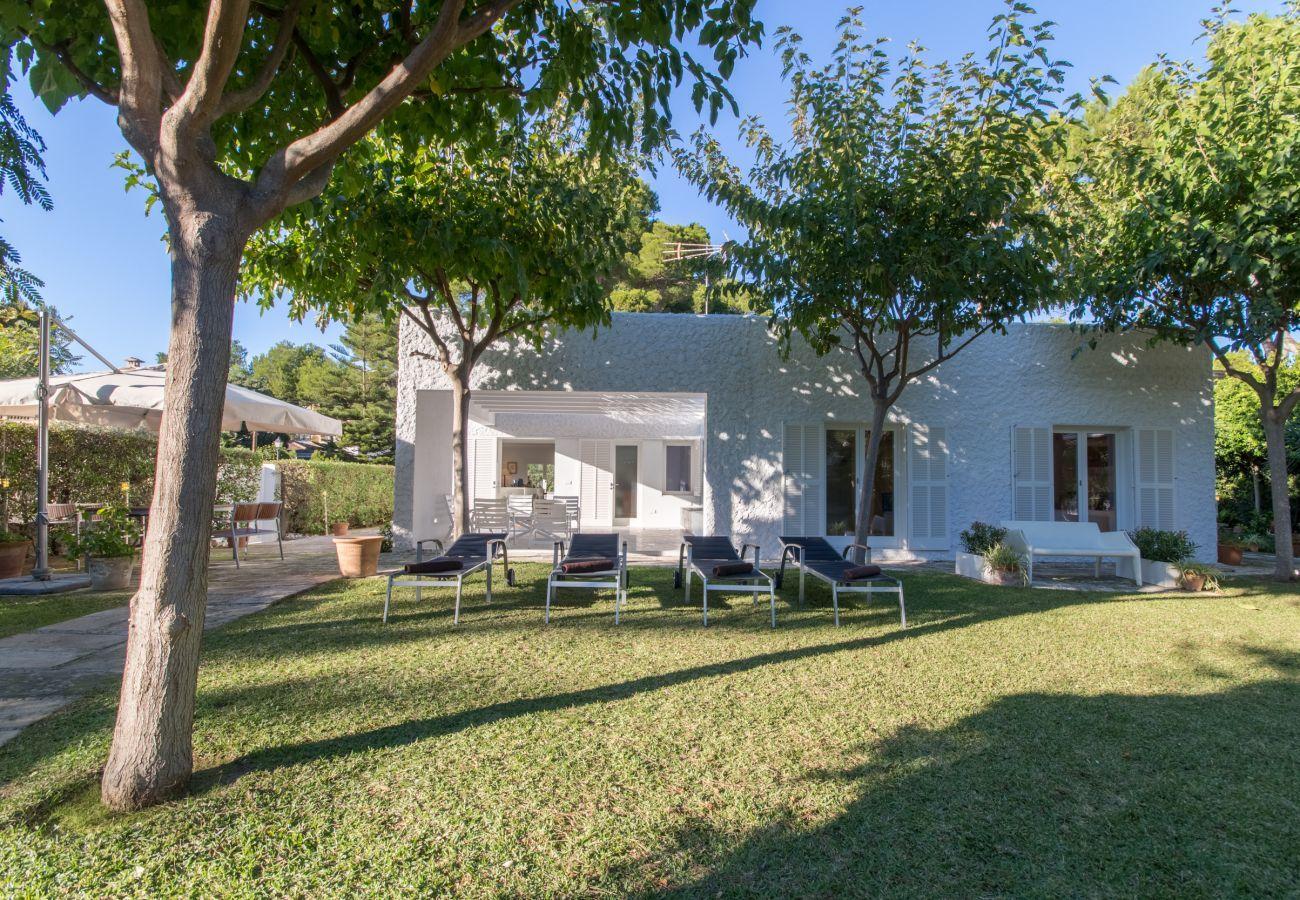 4 chambres, 3 salles de bains, salles de bains extérieures, AC, Internet gratuit, jardin avec grand barbecue et terrasse