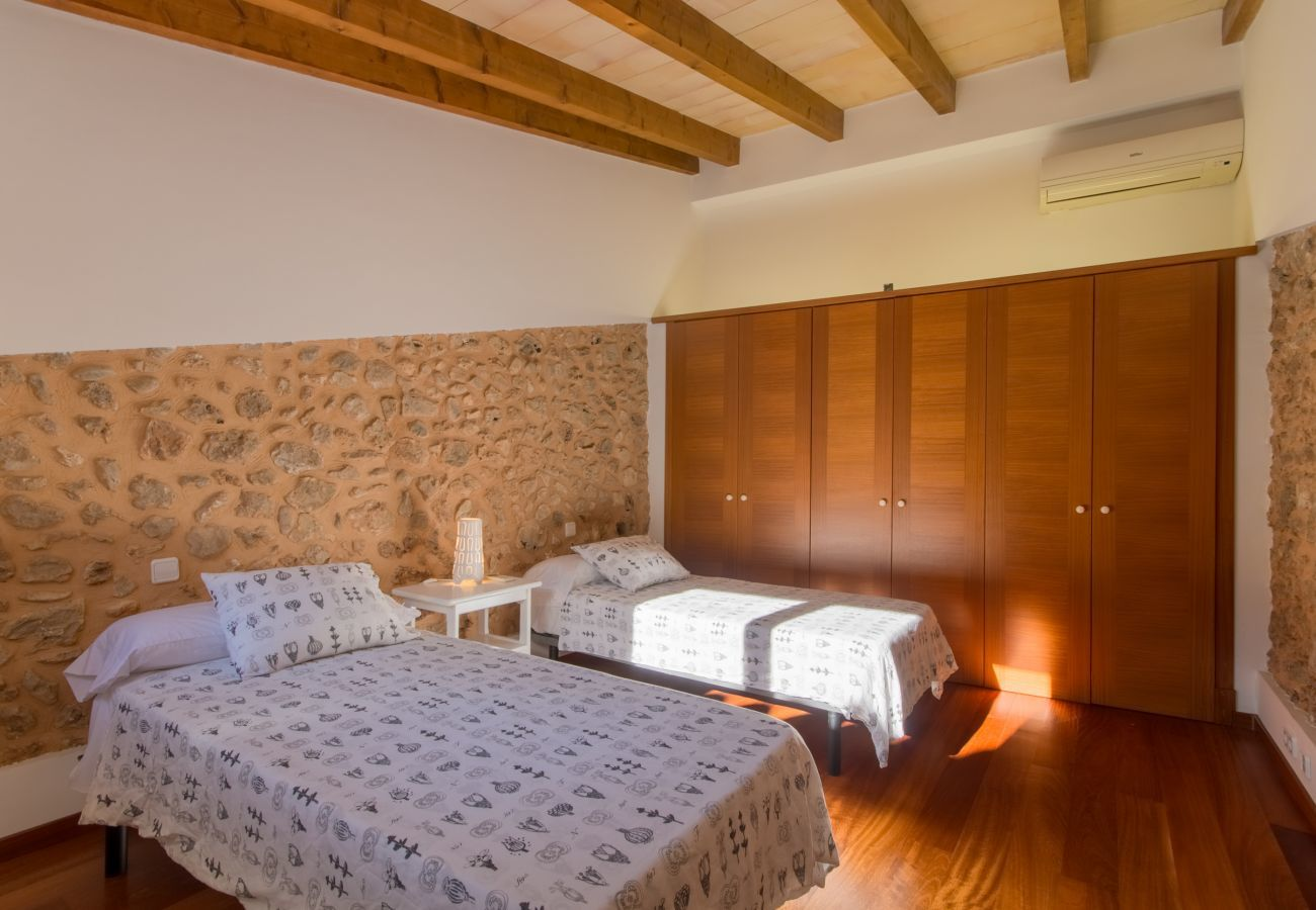 Capacité pour 6 personnes, 3 chambres, 1 salle de bain, 1 WC, AC, wifi gratuit.