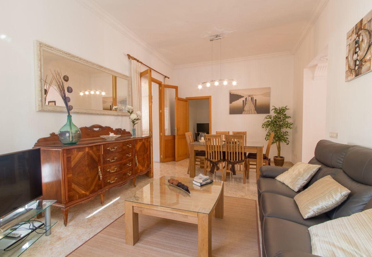 3 chambres doubles, 3 salles de bains, air conditionné, wifi gratuit, terrasse avec piscine, barbecue et douche extérieure
