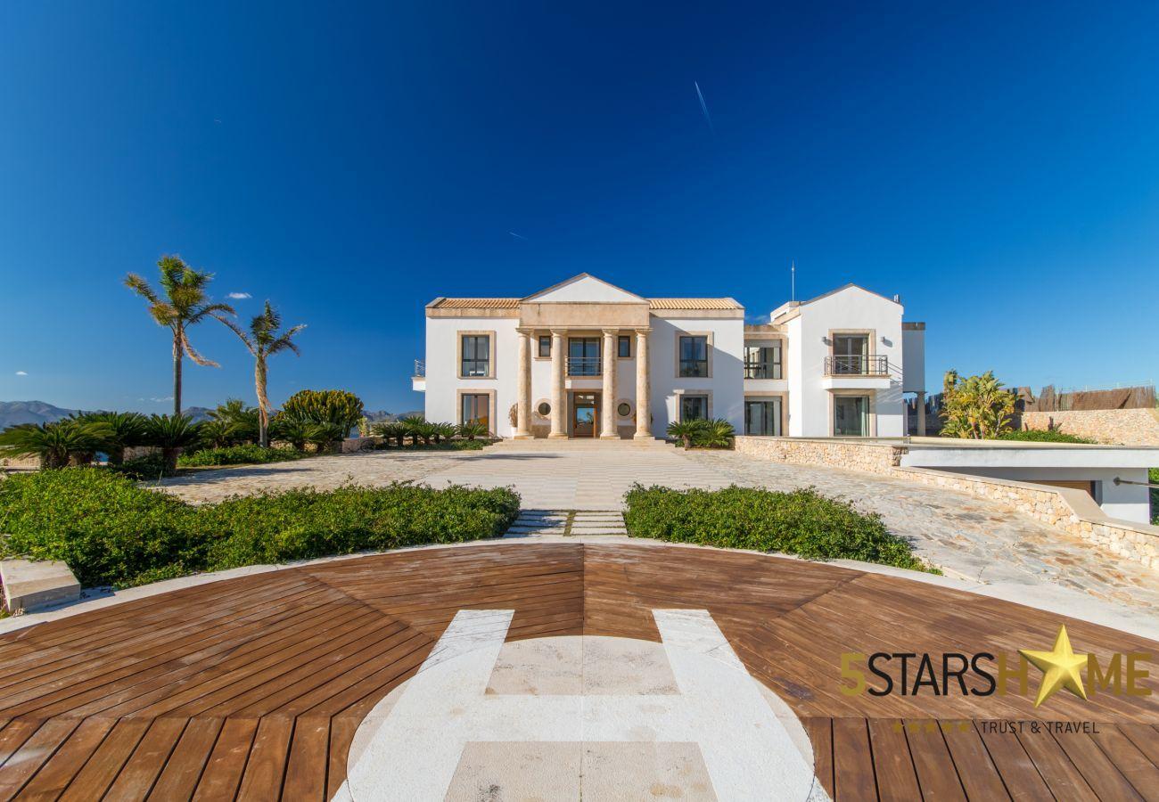8Chambres, Master-suite, 12Toilettes, fitness, piscine intérieure et extérieure, court de tennis, vin cave, jardin, héliport.