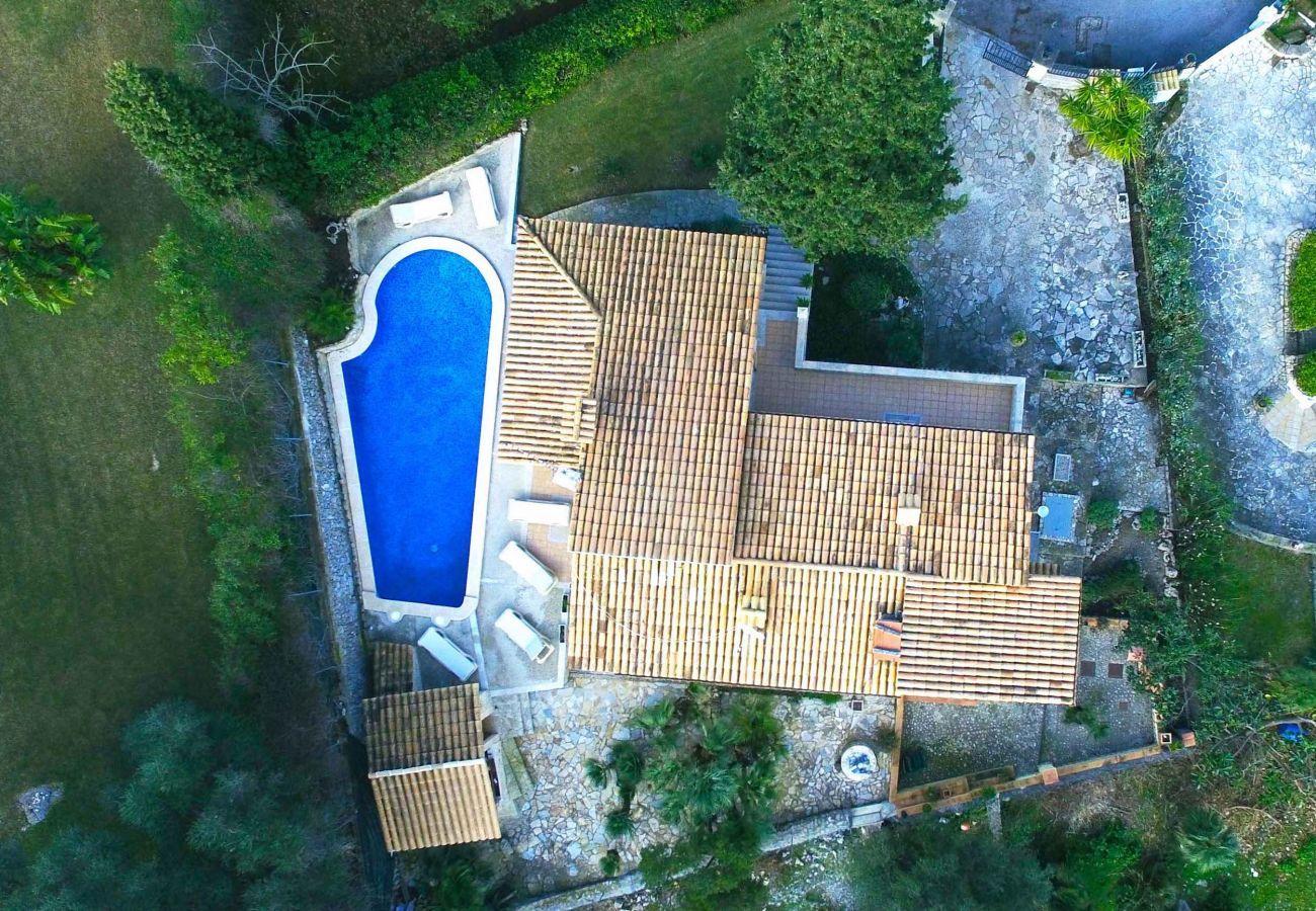 3 chambres doubles, 3 salles de bains, AC, WIFi gratuit, piscine, jardin et une vue incroyable sur la mer et les montagnes.