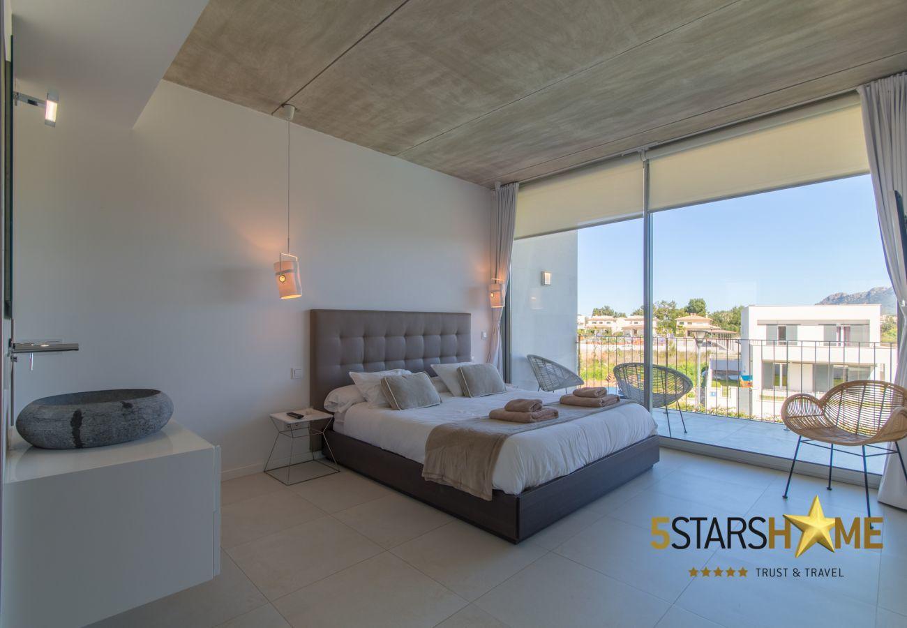 5 chambres doubles, 4 salles de bains, jardin, piscine, terrasse, barbecue, WIFI, chauffage central, AC, TV par satellite