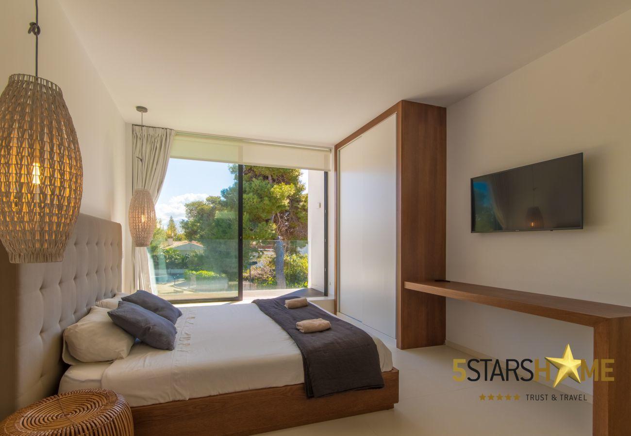4 chambres doubles, 3 salles de bains, jardin avec piscine, barbecue, WIFI gratuit, air conditionné et chauffage central.