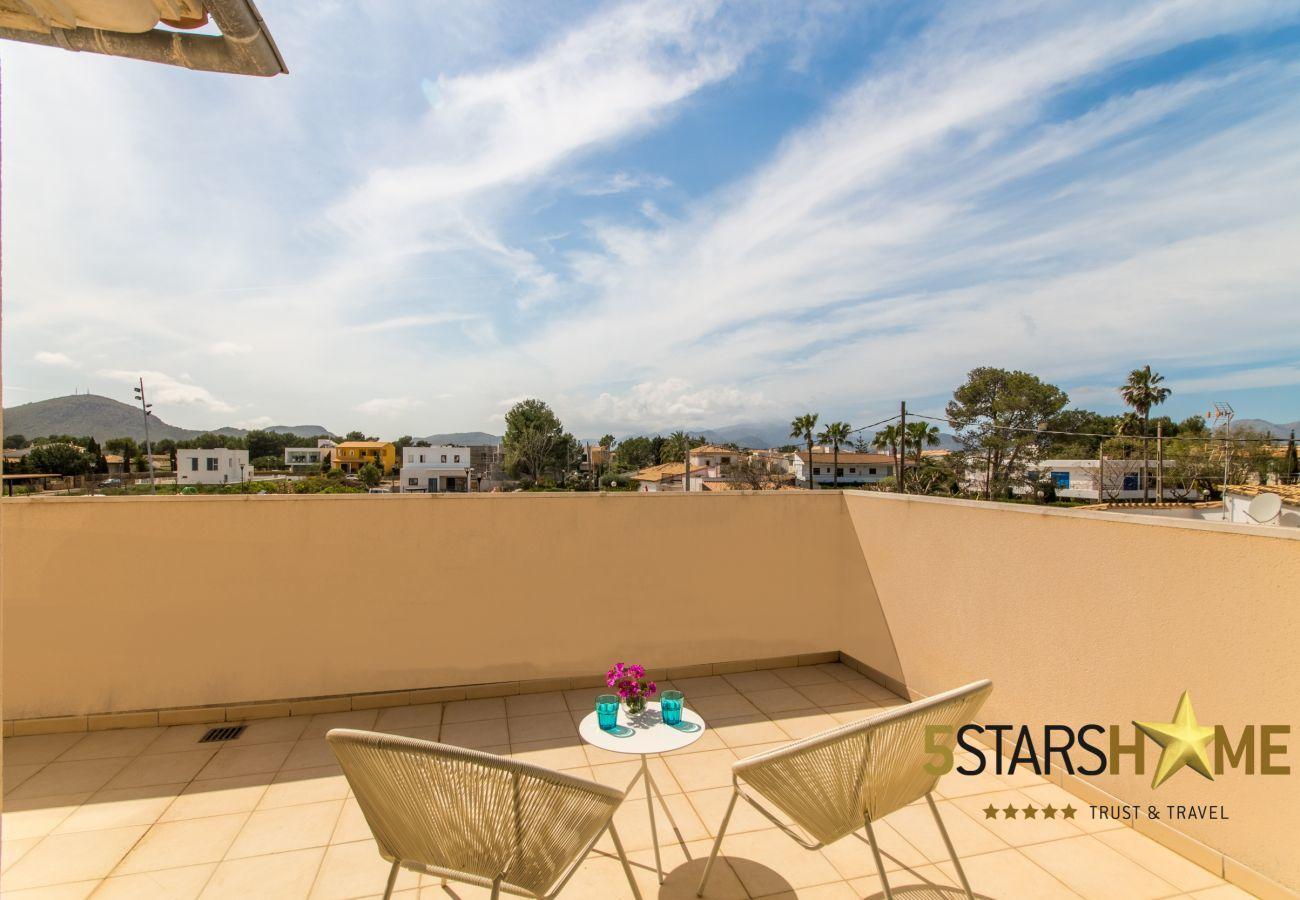 4 chambres doubles, 4 salles de bains, jardin, piscine, BBQ, coffre-fort, WIFI, chauffage, parking en plein air.