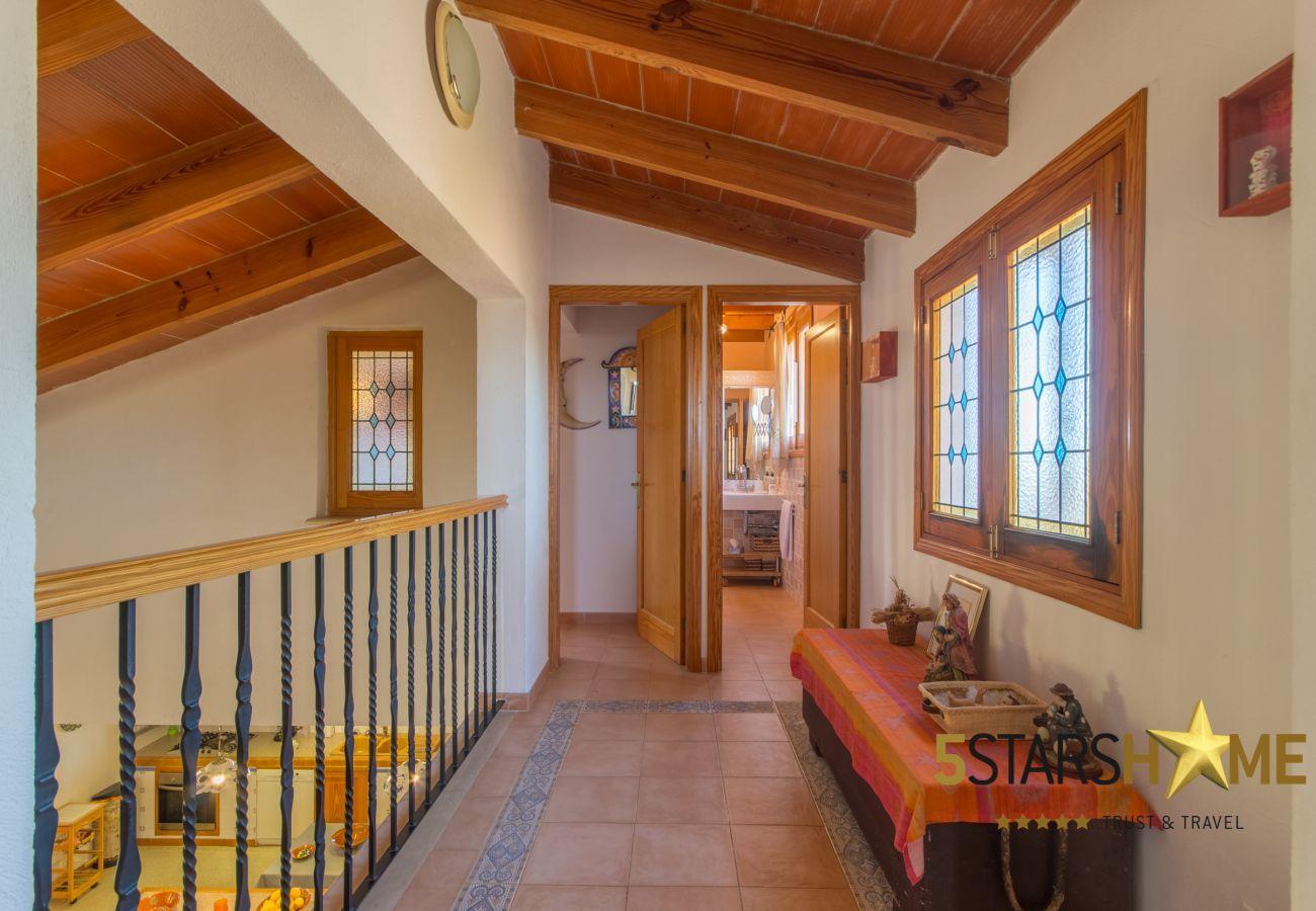 4 chambres doubles, 3 salles de bains, WIFI, jardin, piscine, BBQ, Cour de récréation, chauffage central, AC dans chambres.