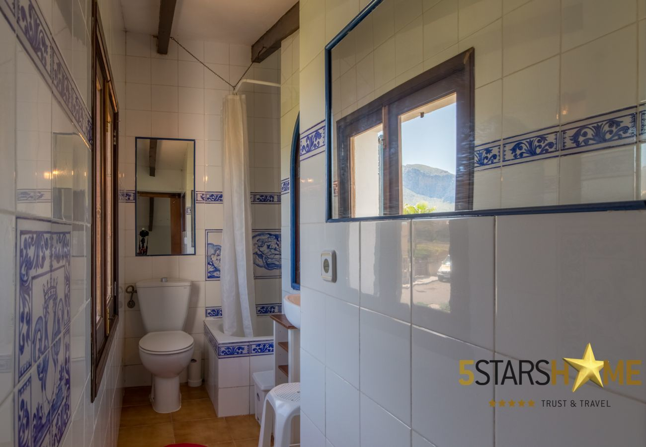 3 chambres doubles, 2 salles de bains, AC (froid / chaleur), TV satellite, wifi gratuit, terrasse et jardin, vues sur la me
