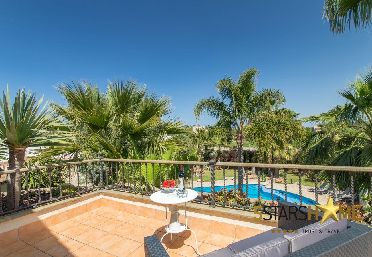 4 chambres doubles, 3 salles de bains, Wifi gratuit, climatisation, grande piscine et grand jardin.