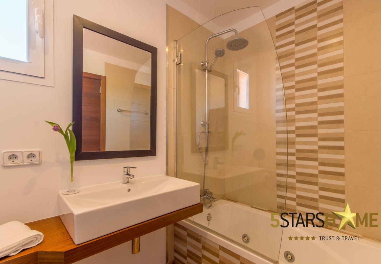 6 chambres doubles, 6 salles de bains, 1 salle de bain supplém., AC, Wi-Fi, musique, jardin, piscine, BBQ et zones de détente