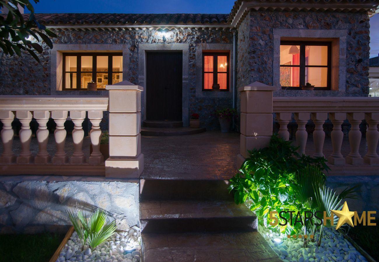 4 chambres doubles, 2 salles de bain, jardin, piscine, barbecue, accès internet (wifi), climatisation, TV satellite.